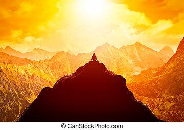 hegyek, ülés, elhomályosul, felül, tető, sunset., yoga helyzet, woman elmélkedik