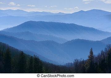 hegyek, füstös