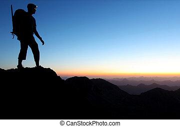 hegyek, hajnalodik, árnykép, ember