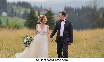 hegyek, párosít, esküvő, jár