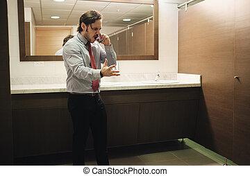 hivatal, ügy, nyilvános illemhely, sejt telefon, dühös, visító, ember