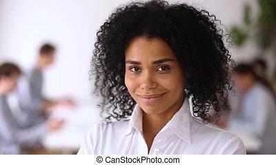 hivatal, african-american, modern, munkás, bennlakó, feltevő, női munkavállaló, mosolygós
