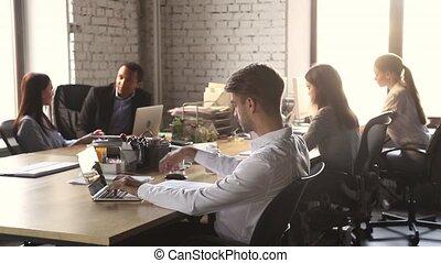 hivatal, dolgozó, ülés, laptop, fókuszált, üzletember, asztal