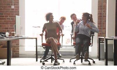 hivatal szék, munkás, multicultural, nevető, móka, lovaglás, birtoklás, boldog