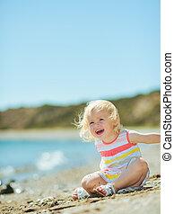 homok, csecsemő lány, tengerpart, játék, boldog