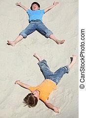 homok, két, fekvő, gyerekek