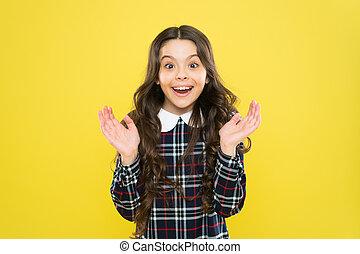 hosszú, boldog, expression., uniform., tarka, diáklány, érzelmi, hair., happy., leány, kölyök, gyermek, bámulatos, dress., ízléses, gyermekkor, news., portrait., elegáns, mosolygós, érzelmek, kicsi, fogalom, igazságos, göndör