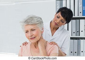 idősebb ember, hátgerincmasszázzsal gyógyító, fáj, nyak, látszó, nő