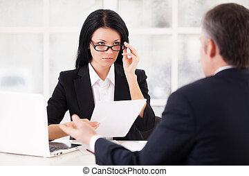 időz, nő, neki, ülés, szabályozó, fiatal, formalwear, szürke szőr, magabiztos, munka, dolgozat, birtok, interview., elülső, szemüveg, gesztus, ember