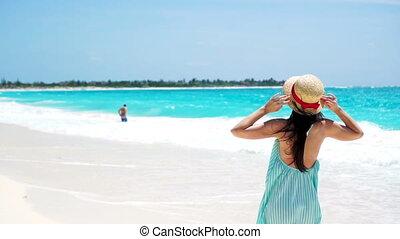 indítvány, woman lány, gyalogló, boldog, fiatal, nyár, lassú, ünnepek, fehér, tengerpart., ruha, gyönyörű