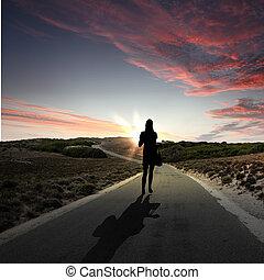 jár away, mentén, hajnalodik, út, ember