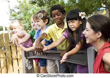 játszótér, gyermekek játék, preschool tanár