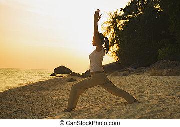 jóga, előadó, napnyugta, árnykép, leány, tengerpart