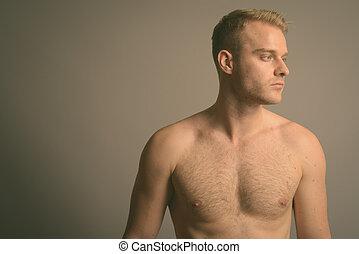 jelentékeny, shirtless, ember, fiatal, haj, szőke, ellen, háttér, szürke