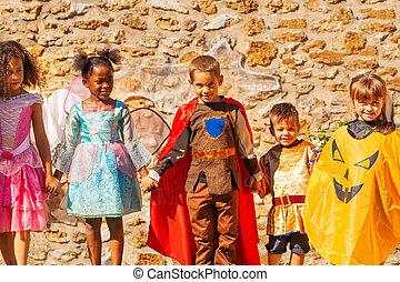jelmezbe öltöztet, csoport, gyerekek, mindenszentek napjának előestéje, kitart kezezés