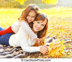 juharfa, pléd, anya, napos, együtt, ősz, meleg, sárga, őt lap, gyermek, portré, mosolygós, nap, fekvő, boldog