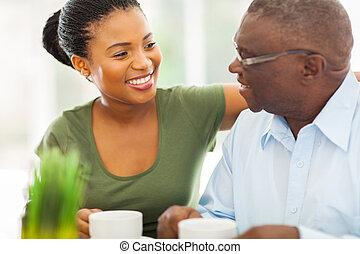 kávécserje, övé, öregedő, granddaughteer, amerikai, afrikai, otthon, mosolygós, élvez, ember