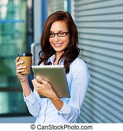 kávécserje, nő, neki, tablet-pc, ivás, felolvasás