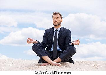 kék, élelmezés, övé, ülés, lótusz, elmélkedik, belső, ég, fiatal, ellen, időz, soul., homok, csendes, üzletember, helyzet, jelentékeny