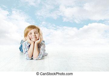 kék, elhomályosul, ég, külső, fényképezőgép., gyermek, kicsi, mosolygós, fekvő, kölyök