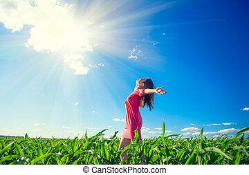 kék, nyár, nő, szépség, sky., egészséges, felett, kézbesít, fiatal, mező, felkelés, szabadban, leány, élvez, világos, természet, boldog