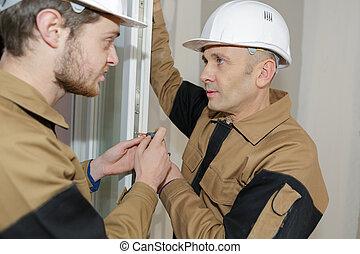 két, foiled, dolgozó, szigetelés, férfiak, párkány, ablak