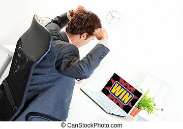 kézbesít, üzletember, feláll, modern, ülés, hivatal, izgatott, emelt, íróasztal, látszó, laptop
