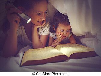 könyv, alatt, felolvasás, zseblámpa, gyermek, család, anyu, betakar, bedtime.