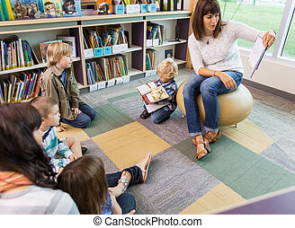 könyv, gyerekek, tanár, könyvtár, felolvasás