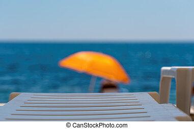 köves tengerpart, háttér., összefut., nyár, tengerpart., sunbeds, concept., destination., idegenforgalom, tenger, szelektív, paradicsom, sunshades, szünidő, narancs, üres