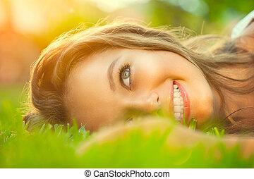 közelkép, romantikus, szépség, tízenéves lány, fű, fekvő