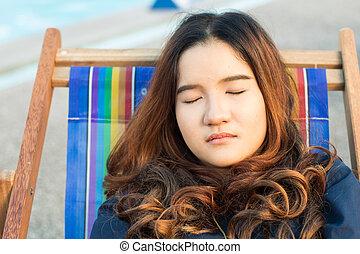 közelkép, woman ellankad, ázsiai, szék, tengerpart