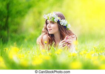 külső, jókedvű, pitypangok, fekvő, kép, pihenés, leány, lefelé, maradék, tavasz, mező, nő, boldog, meglehetősen, szünidő, kaszáló
