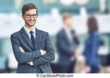 kaukázusi, fiatalember, jókedvű, övé, formalwear, businessman., álló, keresztbe tett, colleagues, fegyver, magabiztos, élelmezés, mosolygós, időz, háttér, sikeres