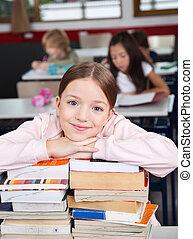 kazalba rakott, íróasztal, előjegyez, vonzalom, diáklány, boldog