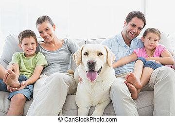 kedvenc, dívány, -eik, ülés, labrador, család, boldog
