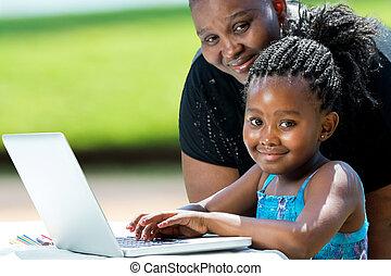 kellemes, leány, anya, laptop., afrikai
