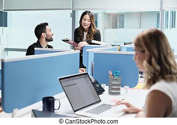 kereskedelmi ügynökség, emberek, coworking, coworkers, gyűlés, beszélő