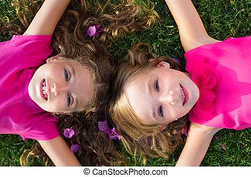 kert, lány, fekvő, mosolygós, fű, gyerekek, barát