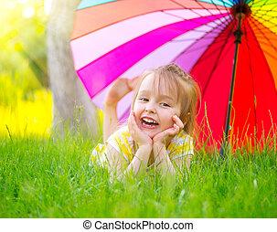 kevés, esernyő, színes, zöld, alatt, portré, mosolygós, fű, leány, fekvő
