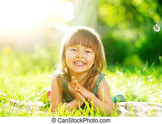 kevés, zöld, portré, mosolygós, fű, leány, fekvő