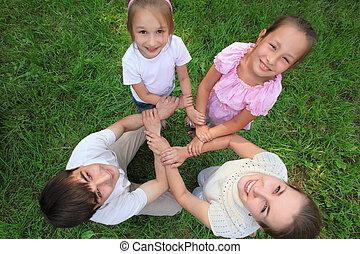 kilátás, áll, tető, szülők, gyerekek, crosswise, birtoklás, csatlakozik kezezés