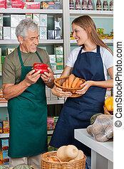 kolléga, női, eladó, élelmiszer áruház, dolgozó