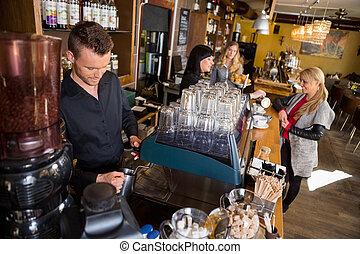 kolléga, vásárló, kávécserje, felszolgálás, csapos, dolgozó, pult, időz, női, hím