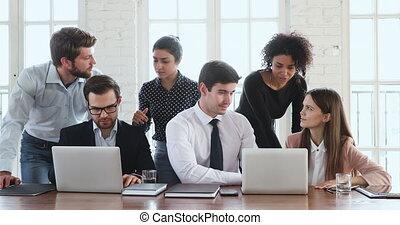 kreatív, terv, csoport, laptop, megvitat, ethnicity, különböző, munkás, gyűjt