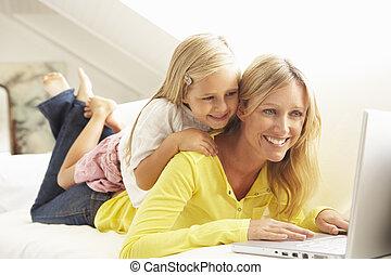 lány, bágyasztó, ülés, pamlag, laptop, használ, anya, otthon