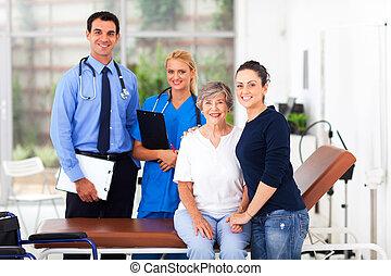 lány, neki, orvos, kórház, öregedő, jókedvű, türelmes, ápoló