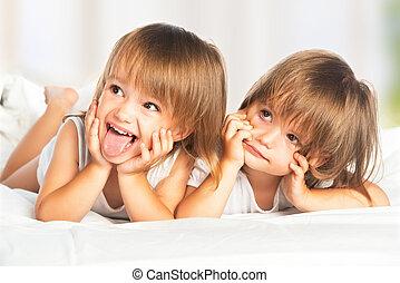 lánytestvér, betakar, lány, kevés, ágy, ikrek, alatt, móka, mosolygós, birtoklás, boldog