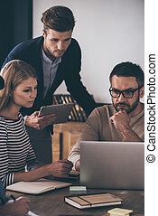 látszó, dolgozó, ügy, ülés, laptop, emberek, terv, magabiztos, időz, együtt., asztal, hivatal