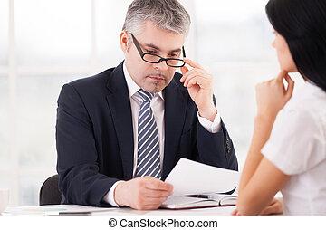 látszó, időz, nő, report., ülés, átvizsgálás, szabályozó, szürke, formalwear, kéz, haj, figyelmes, dolgozat, áll, birtok, elülső, szemüveg, őt, ember